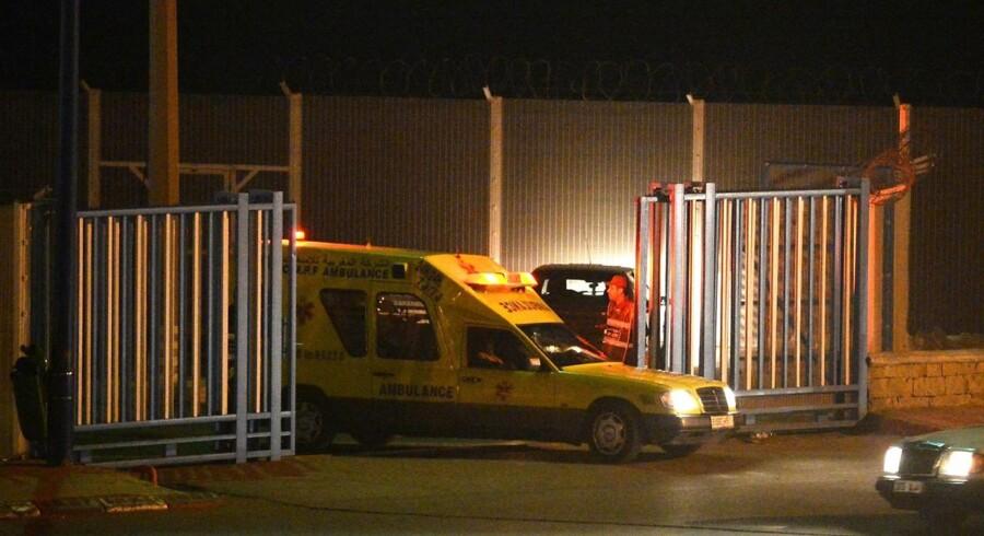 ARKIVFOTO 6. februar af ambulance med liget af en af otte migranter, der druknede, mens de prøvede at svømme til Ceuta.