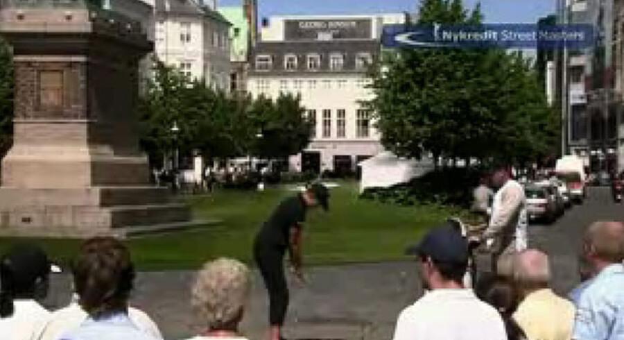 Nykredit lod to professionelle golfspillere spille streetgolf i Københavns gader og beviste, at virale film også virker over for et modent publikum. Og senest har turistorganisationen VisitDenmark lavet en film med en enlig mor, som fik et barn efter et one night stand og nu efterlyser barnets far. Se videoerne på berlingske.dk/viral.
