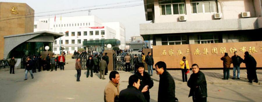 Kreditorerne står i kø foran Sanlus hovedkvarter efter dem omstridte mælkepulverproducent onsdag blev begæret konkurs.