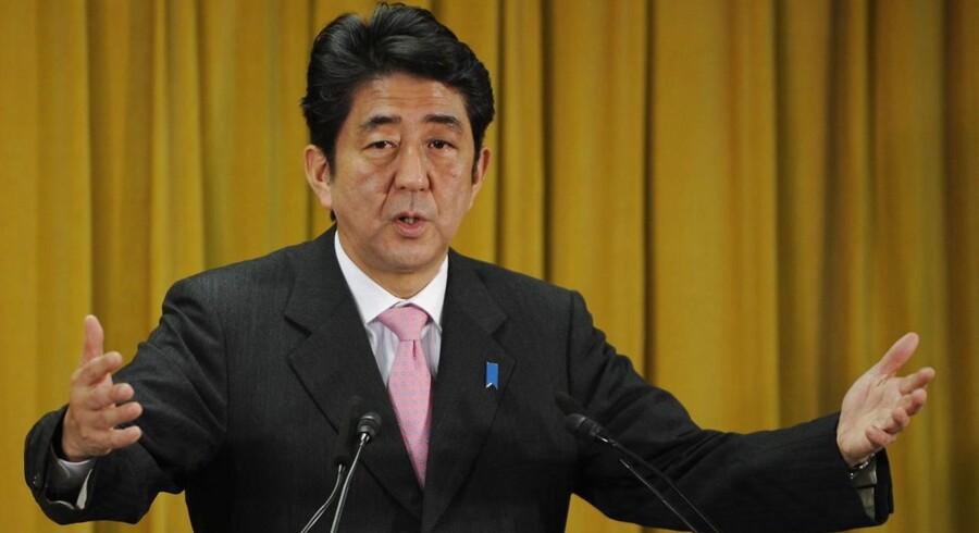 Japans kommende premierminister Shinzo Abe skal afveje hensynet til landets vækst overfor hensynet til landets voksende gæld.