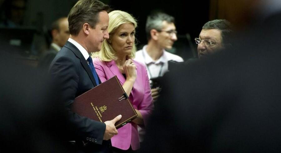 Den britiske premierminister David Cameron (tv) og den danske statsminister Helle Thorning-Schmidt i snak med snart afgående kommissionsformand José Manuel Barroso under topmødet i Bruxelles.