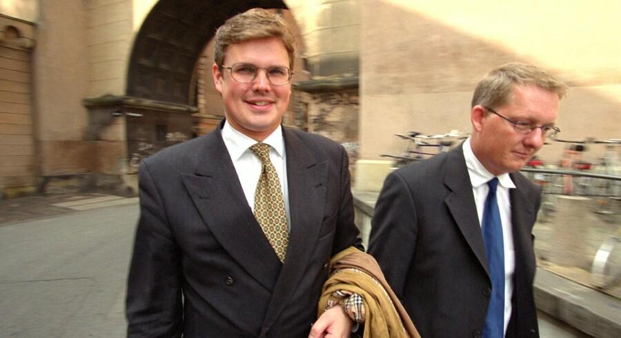 Efter PFA-sagen flyttede advokat John Adamsen i kreditorly i England. Nu har han rettens ord for, at han ikke kan begæres konkurs i Danmark. Her er han på vej til byretten under PFA-sagen.