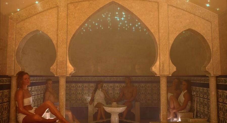En gus-session forestås af en uddannet gusmester, der hælder vand med duftolier på saunaens glohede sten og vifter dampen rundt med et håndklæde, en vifte eller grene.