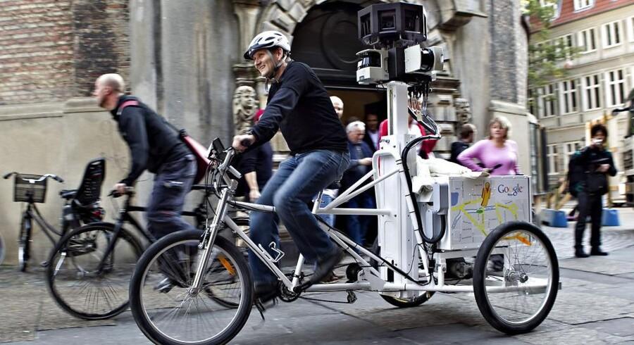 Ud over gader og stræder er også sværere tilgængelige områder blevet fotodokumenteret af Google gennem kameraer på cykler, her i København foran Rundetårn sidste år. Arkivfoto: Nils Meilvang, Scanpix
