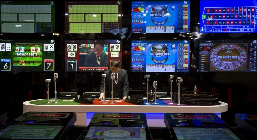 En dealer ved et af de mange spillesteder i Macao.