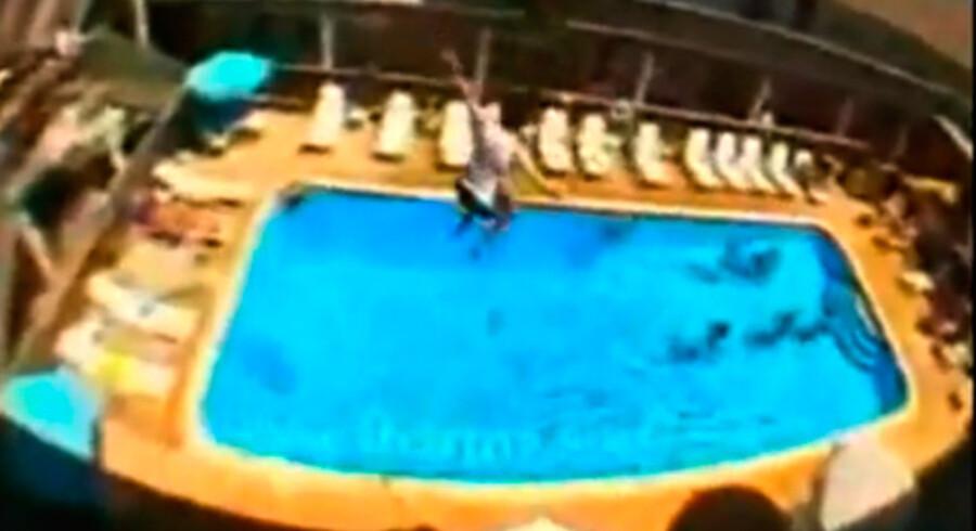 Her hopper en hotelgæst i poolen fra en balkon - se videoen her