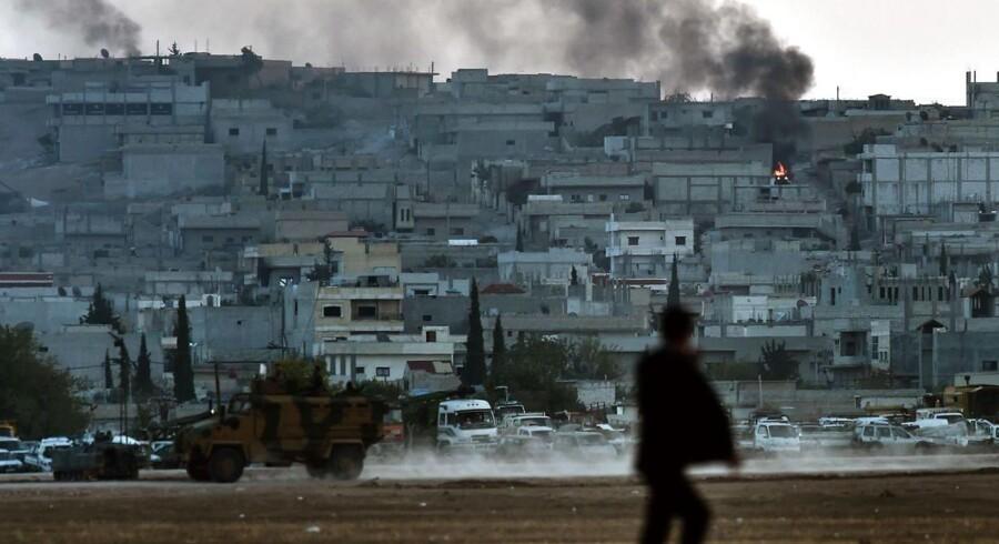 Røg stiger op fra den syriske by Kobane, hvor kurdere kæmper mod IS. Billedet er taget fra den tyrkiske side af grænsen.