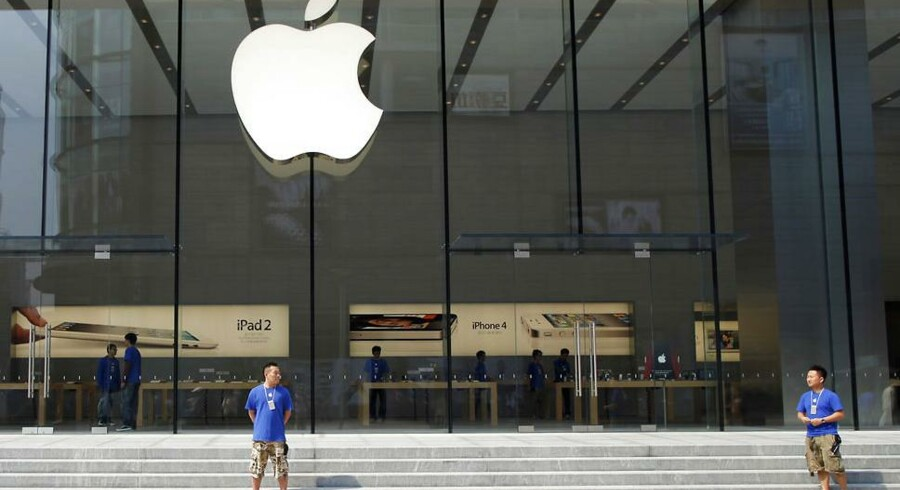 I Asien er der tegn på, at iPhones, iPads og andre af Apples banebrydende produkter ikke længere har helt samme appel. På billedet ses ansatte - og ingen kunder - foran en Apple Store i Shanghai.