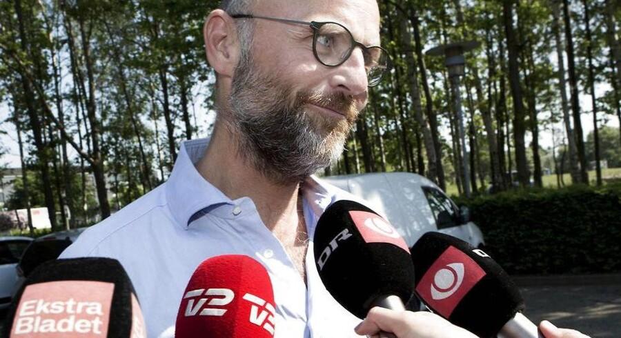 Tidligere chefredaktør på Se og Hør Henrik Qvortrup blev torsdag afhørt af politiet om sin rolle i sagen om betaling for kreditkortoplysninger om kendte.