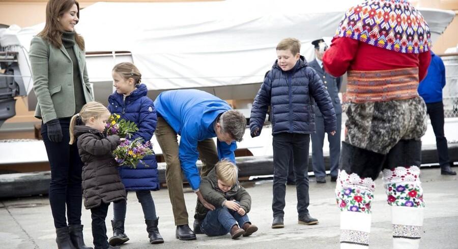 Kronprins-familien har taget hul på den årlige tur til Grønland, men det er første gang, at alle børnene er med. Her ser Prins Vincent bestemt ikke glad ud ved situationen. Klik videre og se alle billederne af kronprinseparret og deres børn under Grønlandsbesøget.