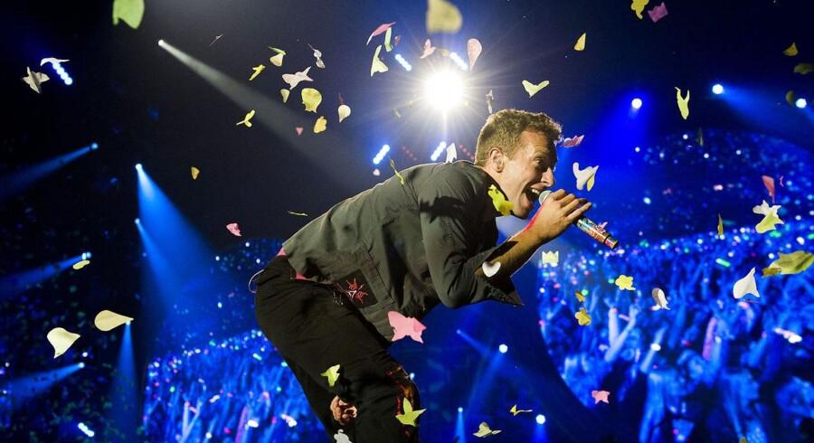 Britiske Coldplay, som tirsdag aften stod på scenen i Parken med et bagkatalog bristefærdigt med syng-med-venlige rocksange og ballader, havde også et spektakulært sceneshow med sig.