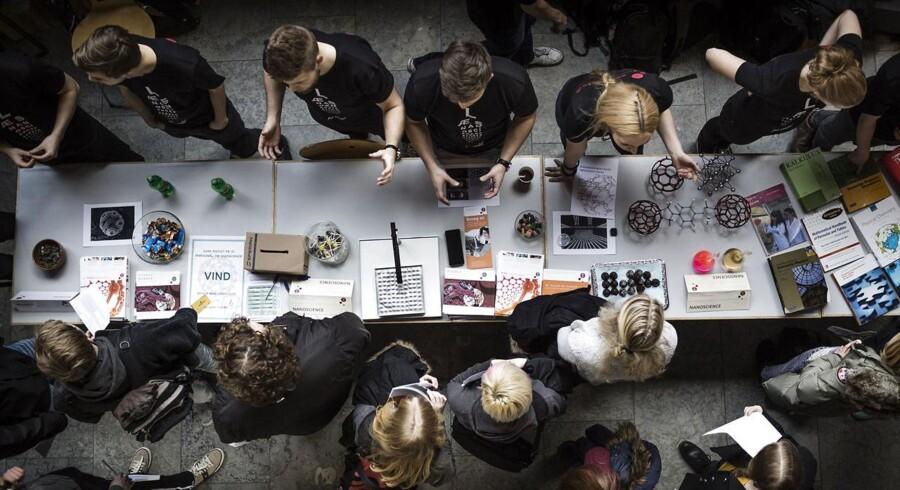 ARKIVFOTO. Uddannelsesminister Sofie Carsten Nielsen vil begrænse antallet af videregående uddannelser og lægge nogle af dem sammen. Billedet er fra åbent hus på Det Natur-og biovidenskablige fakultet på Københavns Universitet i februar i år.