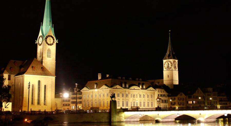 Zürich har Europas bedst betalte lønmodtagere. Her ses Fraumuenster kirke (tv) og St. Peterskirken i Zürich.