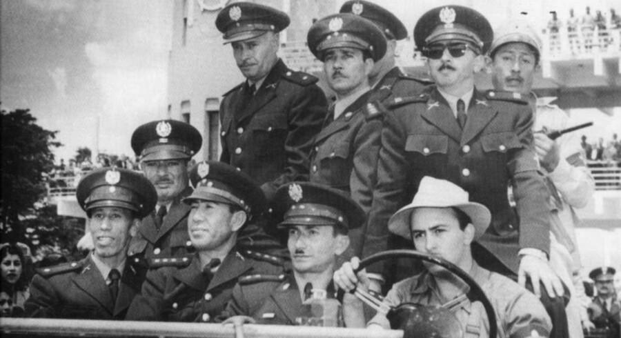 Det berømte billede fra 1954 viser den magt, som USA besad under Den Kolde Krig. På billedet sidder CIAs stationschef i Guatamala bag rattet i en Jeep, og ved siden af ham oberst Castillo Armas og resten af den uniformerede junta, som CIA i bogstavelig forstand kørte til magten i landet.