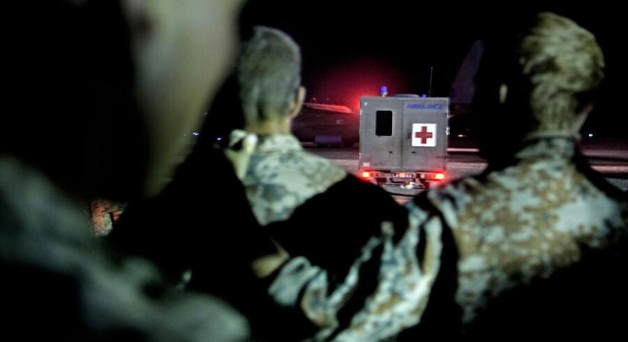FELTHOSPITALET: Camp Bastion, Helmand, Afghanistan. Sårede danske soldater køres i ambulance ud på landingsbanen, hvor et fly venter på at flyve dem hjem til Danmark. Kammeraterne fra deres gruppe er kommet til Camp Bastion for at sige farvel.