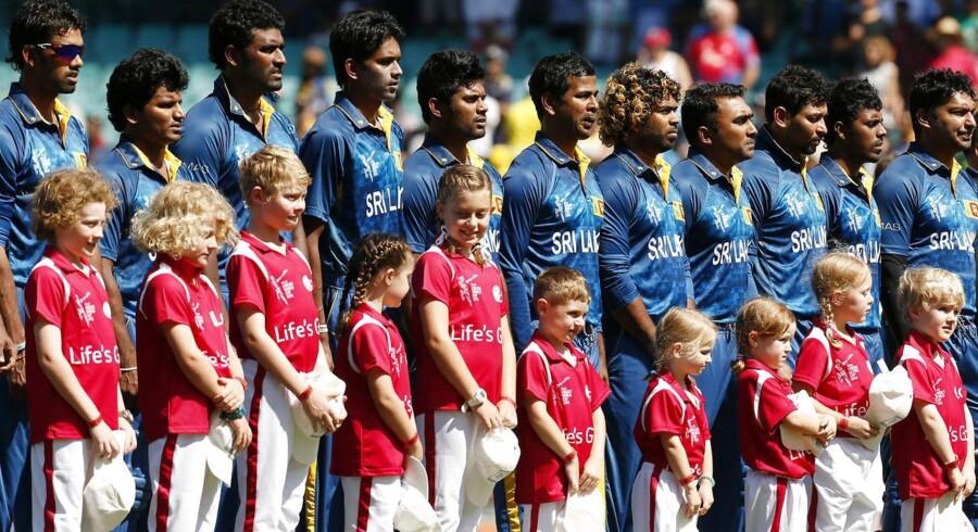 Her er det det srilankanske herrelandshold i cricket forud for en kamp tidligere på året. Deres kvindelige kollegaer er nu omdrejningspunkt i stor sex-skandale.