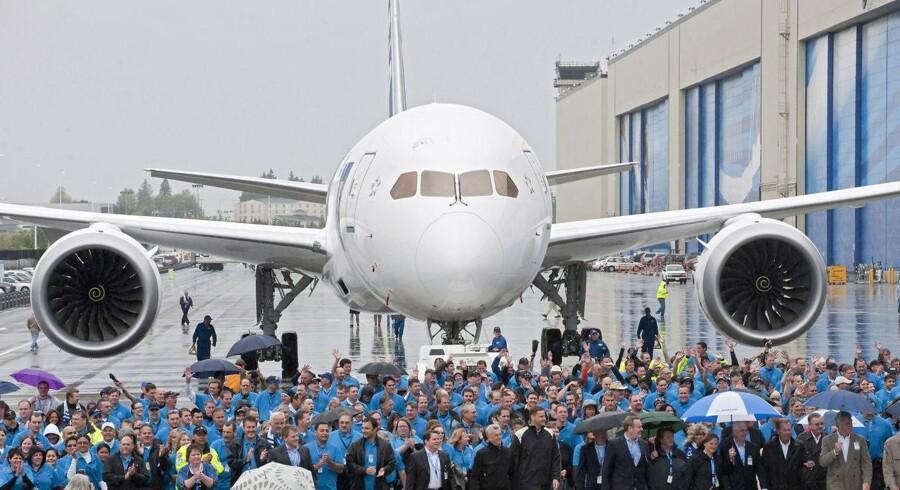Hundredevis af ansatte ved Boeing fejrer overdragelsen af den første Boeing 787 Dreamliner ved Boeings hovedkvarter i Everett, Washington. Aftageren er japanske All Nippon Airways.