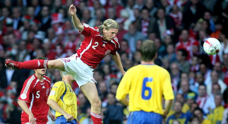EM-kvalifikationen i Gruppe F vil blive husket for, at den endte i en skandale. Kampen blev afbrudt ved stillingen 3-3, og Sverige blev tilkendt sejren, efter at en tilskuer løb ind på banen og overfaldt dommeren. Nu er der heldigvis udsigt til, at det meste af fodbold-Danmark alligevel kan opleve et nyt møde mellem Danmark og arvefjenden lørdag den 6. juni og påny se Christian Poulsen i hård kamp om bolden.