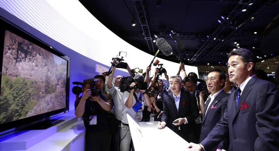 Dette er den japanske elektronikgigant Sonys nye Bravia-TV med en skærmopløsning, som er fire gange højere end fuld HD. Sonys topchef siden april, Kazuo Hirai (yderst til højre), betragter TV-apparatet på en messe i Tokyo i begyndelsen af oktober. Ultra-HD er det nye navn for den højere opløsning. Arkivfoto: Yuriko Nakao, Reuters/Scanpix
