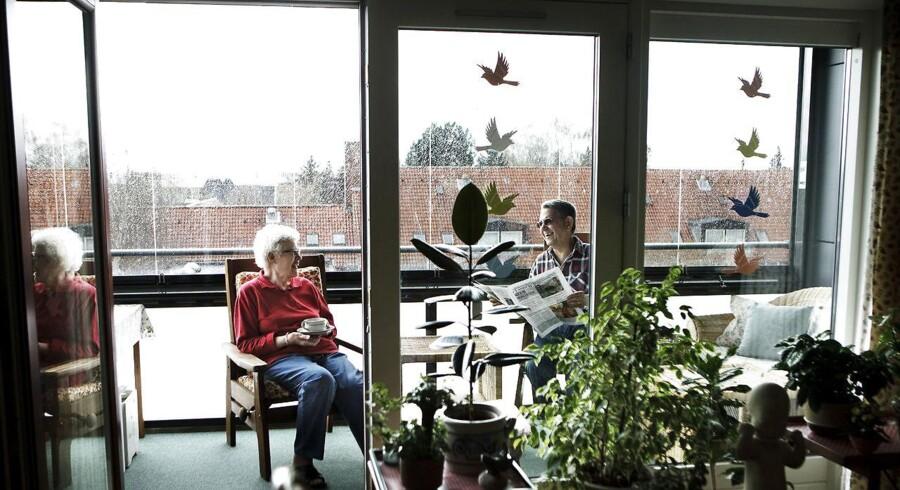Ely og Mogens Lethraborg på den nye terrasse i deres nye ældrebolig i Albertslund. (Arkivbillede)