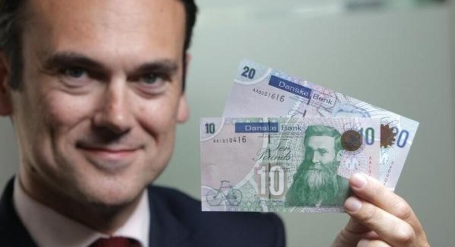 Leder af Danske Bank i Storbritannien og Irland, Gerry Mallon, præsenterede i sommer de nye Danske Bank-sedler.
