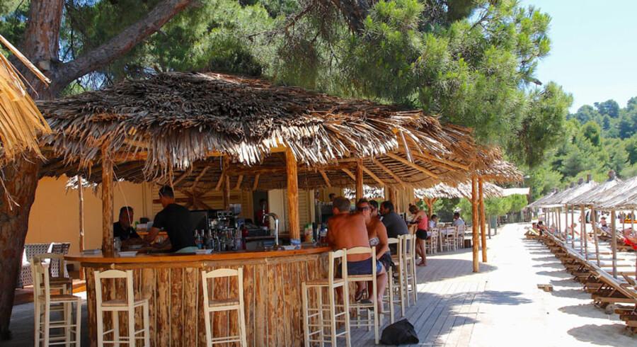 På Skiathos kan du virkelig kombinere badeferie med hyggelig græsk stemning, som vi danskere elsker den. Øen har flere end 60 strande, og du kan finde alt lige fra de øde, svært tilgængelige af slagsen, hvis du foretrækker fred og ro, og til de brede, mere party-agtige med restauranter og barer.
