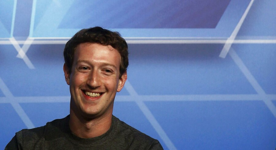 Han kan smile hele vejen ned til banken, Facebooks stifter og topchef Mark Zuckerberg, for han tjener styrtende på at sælge ud af sine aktier. Arkivfoto: Albert Gea, Reuters/Scanpix