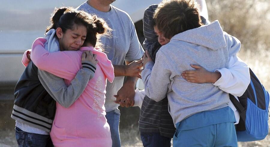 En 13-årig pige og en 11-årig dreng er alvorligt sårede efter et tragisk skoleskyderi i tirsdags i New Mexico, USA. Den identificerede gerningsmand er en 12-årig elev, der selv havde smuglet et haglgevær med sig ind på skolen. Han er nu pågrebet og er blevet anbragt på et psykiatrisk hospital.