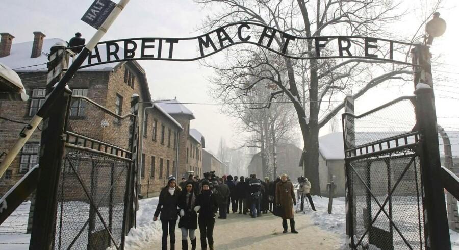 Porten til den mest kendte KZ-lejr, Auschwitz, i Polen. I Tjekkiet lå Theresienstadt, hvor godt 500 danske jøder blev deporteret til under krigen.