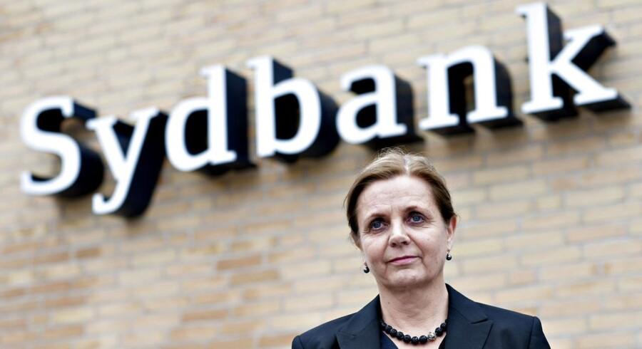 Flere Sydbank-filialer kommer til at lukke og slukke i den kommende tid, og flere medarbejdere skal forlade banken, siger topchef Karen Frøsig.