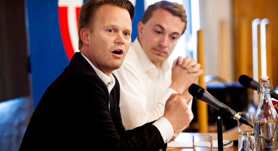 Morten Messerschmidt (DF)(th) og Jeppe Kofoed (S)(tv) i Europavalgsdebat på Rødovregaard i Rødovre mandag aften d.12.maj 2014. (Foto: Nils Meilvang/Scanpix 2014)