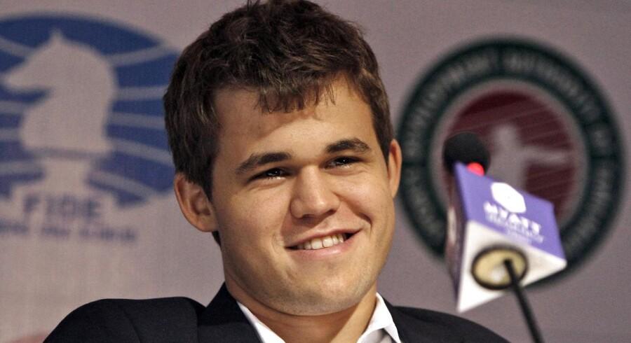 Norske Magnus Carlsen nappede verdensmestertitlen i skakmatchen mod indiske Viswanathan Anand fredag eftermiddag.