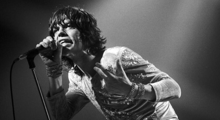 I anledning af Rolling Stones' koncert på Roskilde Festival torsdag aften, har AOK været i arkiverne og fundet billeder fra rocklegendernes mange danske besøg gennem tiderne.Her ses Mick Jagger under en koncert i KB-Hallen tilbage i 1966. Bandets fjerde besøg på dansk grund. Skribent: Nynne Hein Møller