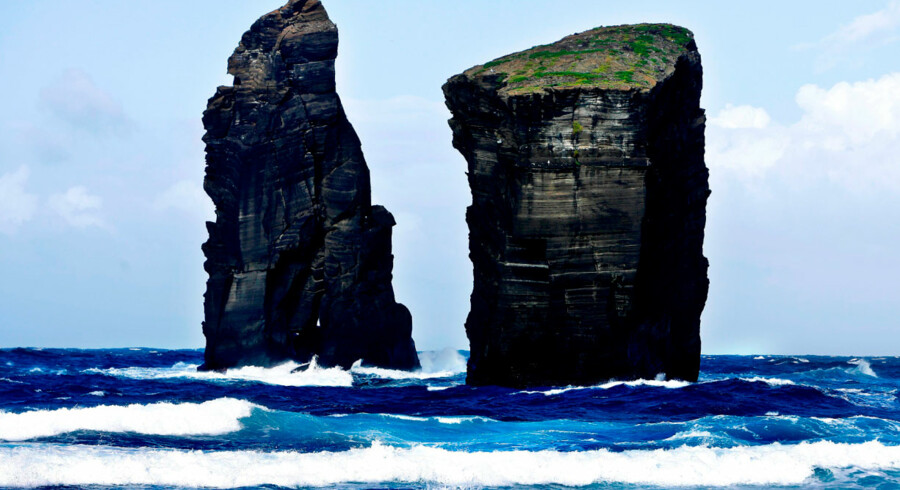 Vandets temperatur er mange steder hele 25 grader varmt, som resultat af den vulkanske aktivitet i undergrunden.