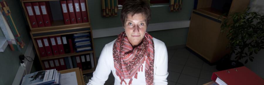 Susan Puggaard er bogholder for Løsning-virksomheden Jymika, der fik sig en slem overraskelse, da der pludselig forsvandt hele 1,8 mio. kr. fra kontoen. Virksomheden mente ellers at have sikret sig med forskellige IT-systemer, men en hacker formåede alligevel at få adgang til computeren. Jymika klarede kun frisag i banken pga. en procedurefejl. Ellers ender regningen normalt hos virksomheden.