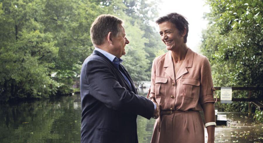 Den konservative formand, Lars Barfoed, og den radikale leder, Margrethe Vestager, ønsker hver sin statsminister, men de giver på den tredje dag i valgkampen hinanden håndslag på, at de vil insistere på at samarbejde efter valget og dermed slutte et årti med blokpolitik.