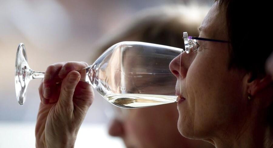 Vi danskere er begyndt at drikke mere hvidvin, ligesom det også er blevet meget populært at drikke mousserende vine. Her smages der på varerne under et foredrag om Alsace-vine på Støberiet.