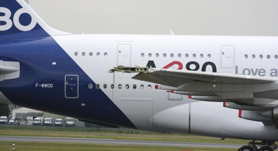 Den skadede højre-vingespids på Airbus A380, verdens største jetliner med et vingefang på næsen 80 meter, ses her på åbningsaftenen for Paris Air Showi Le Bourget nærParis 19. juni 2011.