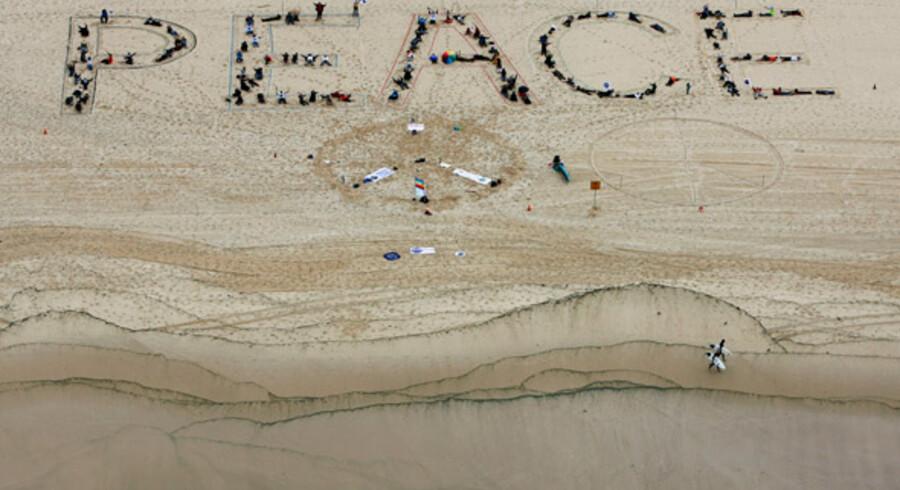 """Bondi strand i Sydney - for at skabe opmærksomhed om """"The World March for Peace and Nonviolence"""", som løber fra 2. oktober til 2. janaur 2010, danner tilhængere ordet peace (fred)."""