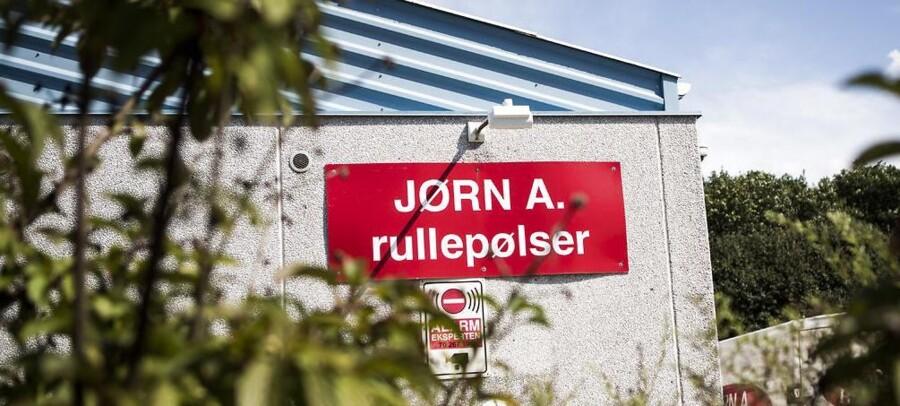 Firmaet Jørgen A rullepølser kræver nu erstatning af Fødevarestyrelsen efter lukningen af fabrikken.