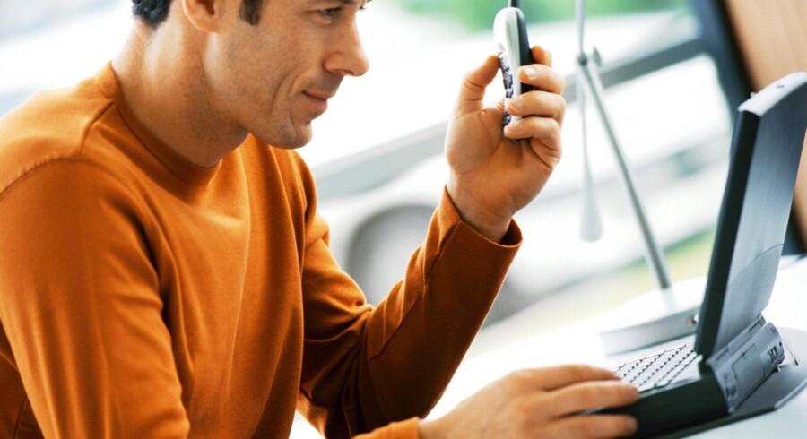 3.000 kroner om året bliver man beskattet af, hvis man tager sin arbejds-PC eller -mobiltelefon med hjem. Men nu er flertallet bag multimedieskatten borte. Arkivfoto: Colourbox