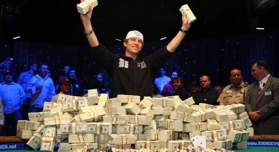 En glad Peter Eastgate jubler over sejren i verdens største pokerturnering.