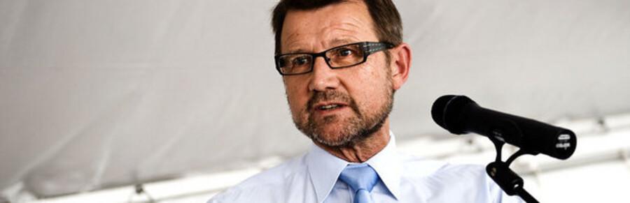 Videnskabsminister Helge Sander (V) skal svare på, hvad konsekvensen bliver af, at de danske netadresser fremover skal styres af en ny part.