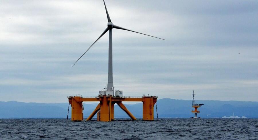 En offshore vindmølle 100 meter høj og med vingespænd på 40 meter, som står ved kysten ud for Naraha i Fukushima området.
