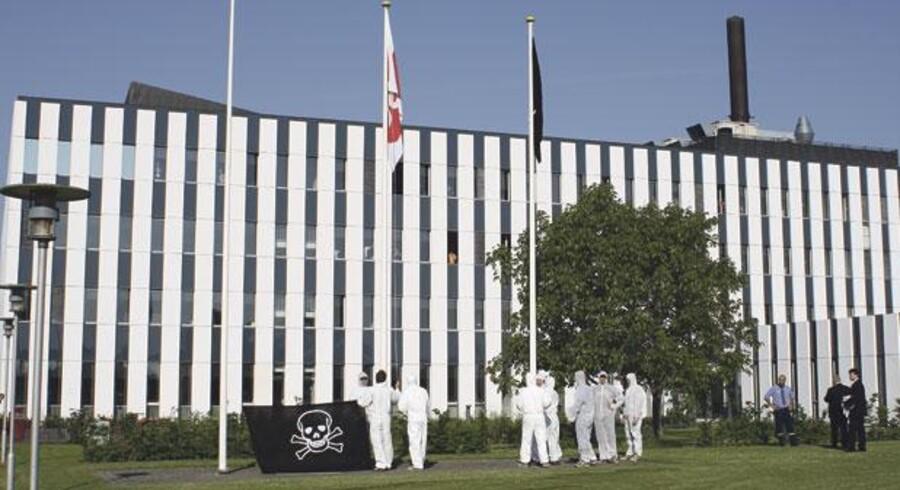 En gruppe hvidklædte aktivister samledes i går morges ved CSCs hovedsæde i Valby i København med et piratflag, som de hejste op i en af firmaets flagstænger. Det blev dog hurtigt pillet ned igen. Foto