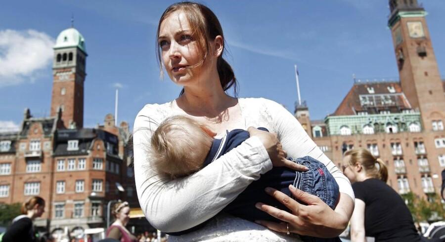 Kvinde ammer sit barn på Rådhuspladsen i København under demonstrationen 'Det er bare bryster' mandag d.17.juni 2013.