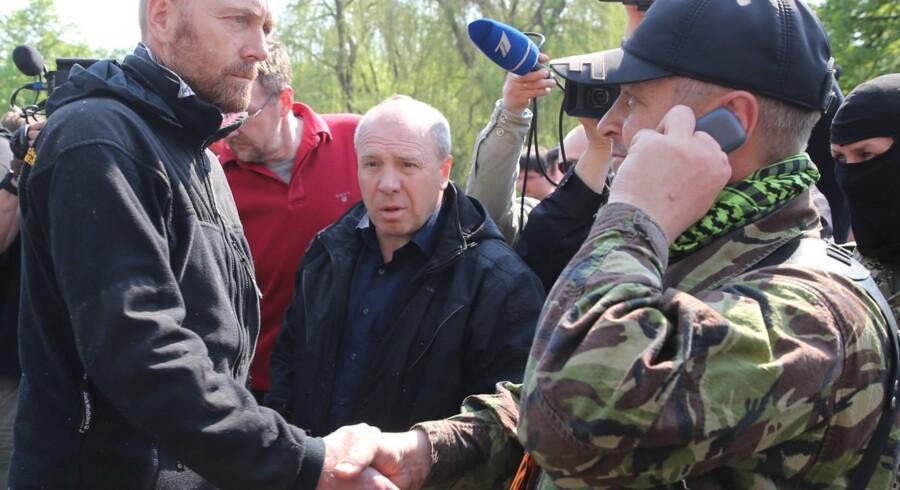 Håndtryk er mange ting. Her det den tyske oberst, Axel Schneider, som under sit ukrainske fangenskab giver sin fangevogter, den selvudråbte borgmester i Slavjansk, Vjatjeslav Ponomarjov, hånden – om end med en noget stram mine.