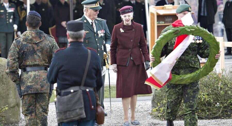 150-året for Slaget ved Dybbøl Banke blev Langfredag markeret ved flere ceremonier med deltagelse af den kongelige familie. Her regentparret ved en af gravene