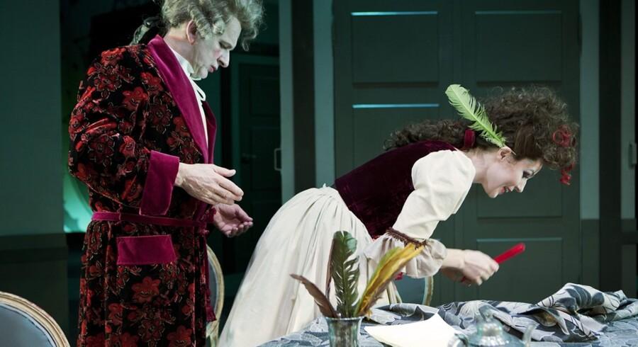 Henrik Koefoeds Vielgeschrey bliver et kort øjeblik distraheret i sin distraktion af Cecilie Stenspils fristende Pernille. ?Foto: Thomas Petri.