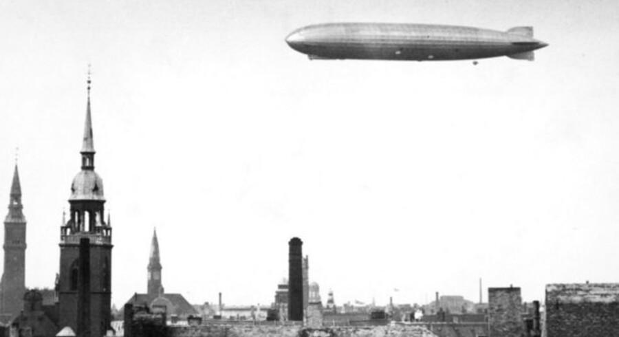 Det tyske luftskib Graf Zeppelin i luften over København. De måske kommende luftskibe bliver noget mere moderne.